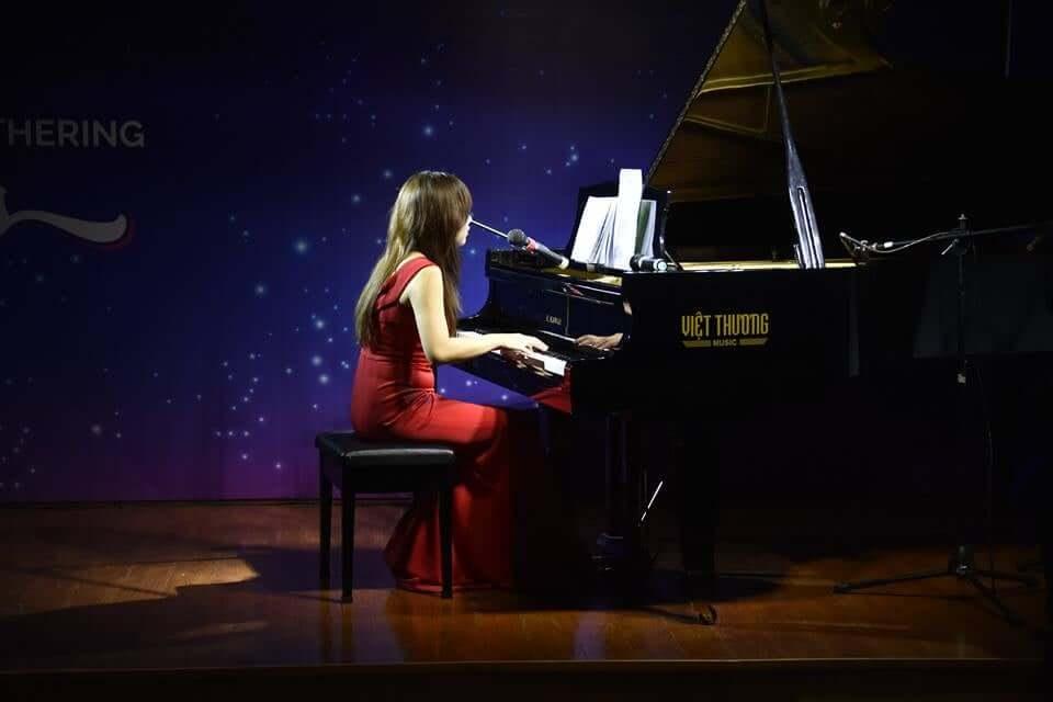 Bội Ngọc biểu diễn piano trong event New Year Gathering