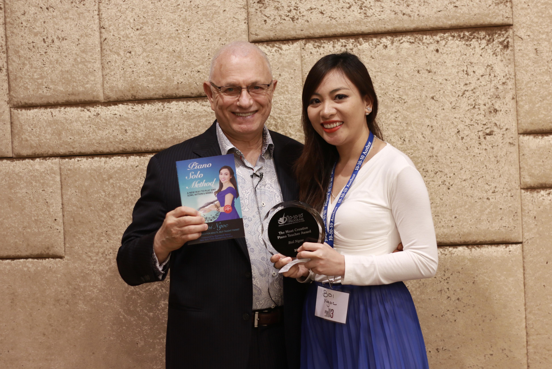 Bội Ngọc được trao tặng cúp danh hiệu từ 10-10-10 Publishing: Người Dạy Piano Sáng Tạo Nhất