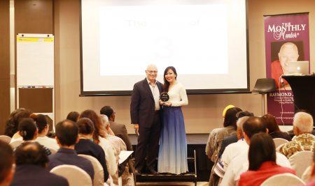 """Bội Ngọc nhận cúp danh hiệu """"Người Dạy Piano Sáng Tạo Nhất"""" tại Singapore"""
